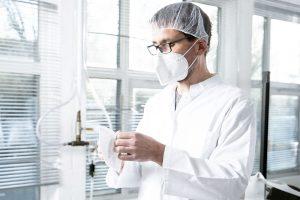 Mitarbeiter der Produktion mit Maske