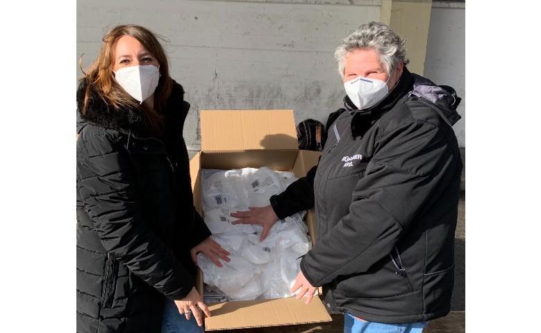 Auspacken der neuen Maskenlieferung